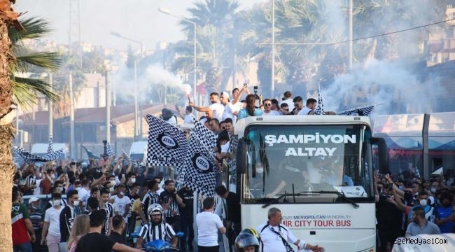 Altay, Süper Lig'i İzmir'de taraftarıyla kutladı