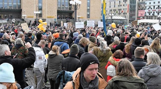 İsveç'te Kovid-19 kısıtlamalarını protesto edenler gözaltına alındı