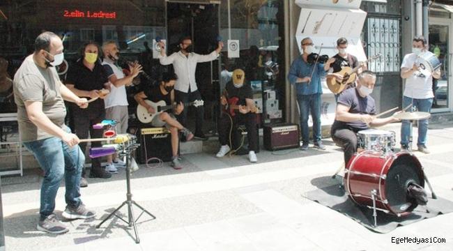 İzmir'de müzisyenlerden eylem