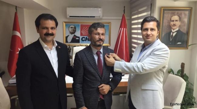 İzmir Konak Hareketi Lideri Coşkun Kalkanlı, CHP rozetini taktı!